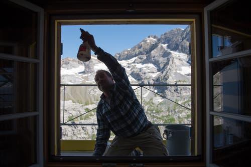 Auch die Fenster werden saniert. (Bild: Dominik Wunderli, Bristen, 18. Juli 2018)