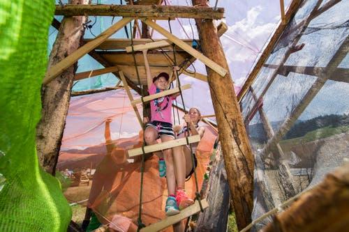 Mädchen der Pfadi Sursee erklettern einen Holzturm. (Bild: Eveline Beerkircher (Escholzmatt, 19. Juli 2018))