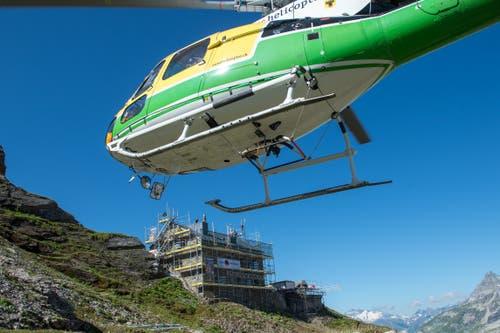 Material wird mit dem Helikopter von der Alp Stössi zur Hüfihütte geflogen. (Bild: Dominik Wunderli, Bristen, 18. Juli 2018)