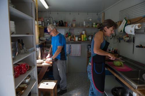 Andreas Müller und Sibylle Reinhard kochen für die Arbeiter. (Bild: Dominik Wunderli, Bristen, 18. Juli 2018)