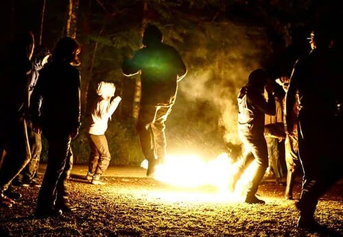 Fussballspielen mit brennendem Ball: Das geht bei der Pfady Zytturm Zug ganz gut. (Lagerbild)
