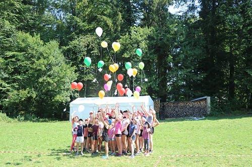 Die Mädchen des Blauring Entlebuch durften einen Wunsch in jeden Ballon schreiben. (Lagerbild)