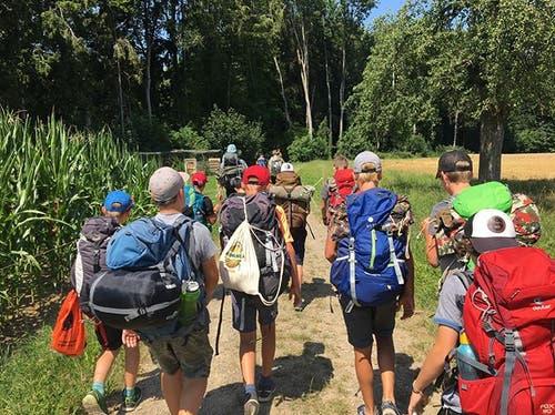Die Ritter der Jubla Ennetbürgen auf der Zwei-Tages-Wanderung. (Lagerbild)