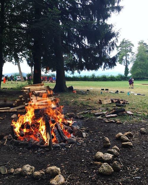 Brauchts in jeden Lager: ein Lagerfeuer, wie hier jenes der Meitlipfadi Altdorf. (Lagerbild)
