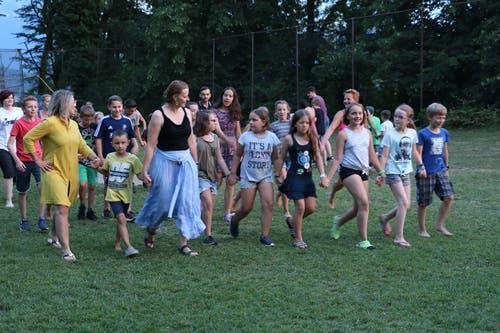 """Am """"bunten Abend"""" tanzen die Schüler der Primarschule Rickenbach in die Nacht hinein. (Lagerbild: Cornelia Bühler, Weggis 22. Juli 2018)"""