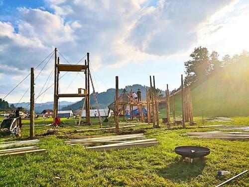 Die Pfadi St. Michael beim Aufbau im Kantonslager in Escholzmatt. (Lagerbild)