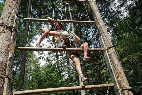 Navi und Tamara von der Pfadi Sarnen erklimmen die Jaccob's Ladder. (Lagerbild)