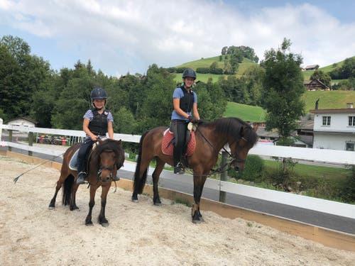 Emma und Anouk beim Ausreiten im Reitlager Hanny-Fee. (Lagerbild: Hanny Odermatt, Lifelen 23. Juli 2018)