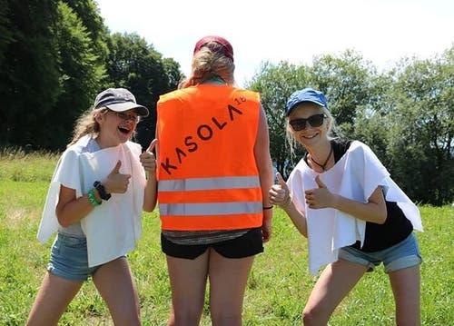 Daumen hoch: Die Mädchen des Blauring Steinhausen stimmen sich auf das Kantonslager ein. (Lagerbild)