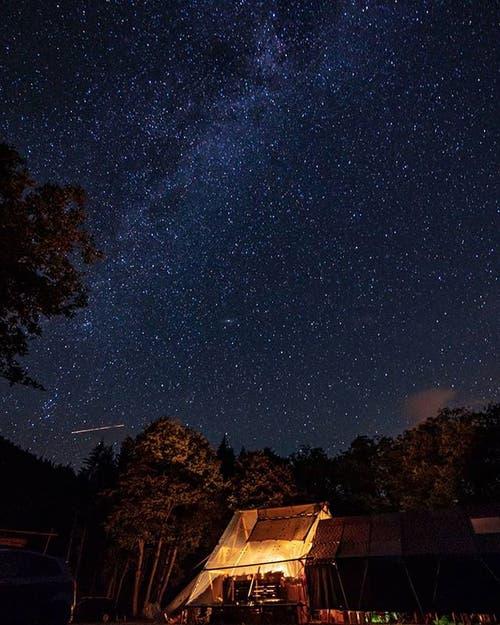 Mystischer Sternenhimmel über dem Lager der Pfadi Buochs. (Lagerbild)