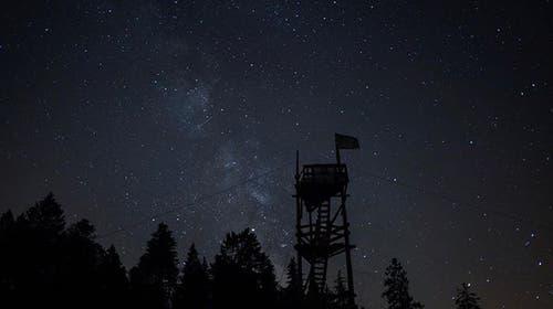 Der Turm der Jungwacht Meggen unter dem Sternehimmel. (Lagerbild)
