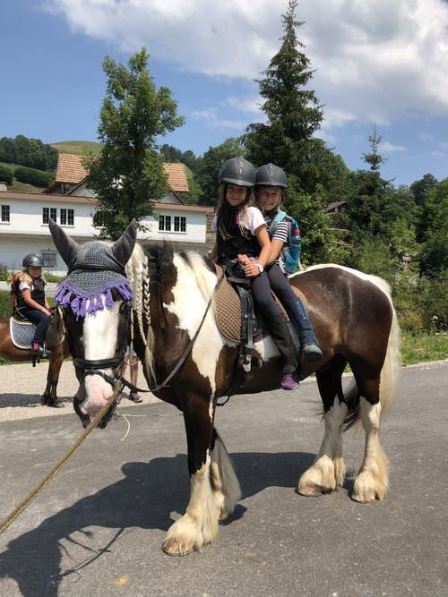 Jael und Emma vom Reitlager Hanny-Fee auf Pferd Said. (Lagerbild: Hanny Odermatt, Lifelen 24. Juli 2018)