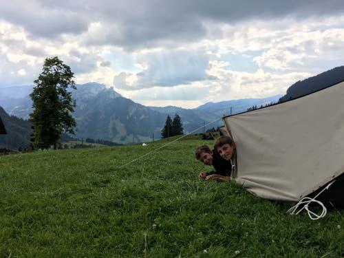 Guten Morgen! Zwei Jungs der Pfadi Meggen auf ihrer zweitätigen Wanderung. (Lagerbild: Kathrin Schürmann, Schaftelemoos 23. Juli 2018)