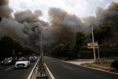 Grosse Rauchwolken über einem Vorort von Athen. (Bild: EPA/ Alexandros Vlachos (23. Juli 2018))