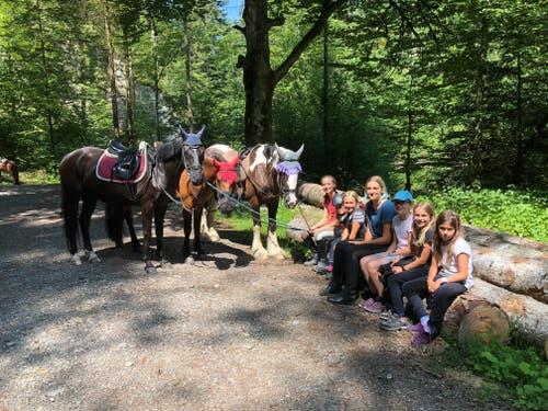 Gönnen sich eine Pause: Teilnehmerinnen des Reitlagers Hanny-Fee. (Lagerbild: Hanny Odermatt, Lifelen 24. Juli 2018)