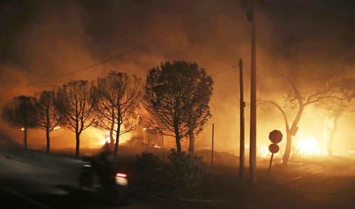 Gebäude in Mati stehen in Flammen. (Bild: AP Photo/Thanassis Stavrakis (23. Juli 2018))