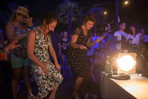 Sie tanzen am Blue Balls. Bild: Dominik Wunderli (Luzern, 24. Juli 2018)