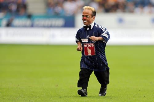 Knie-Clown Spidi verlässt nach der Super-League-Partie zwischen dem FC Luzern und dem FC Sion die Swissporarena – natürlich im FCL-Dress. (Archivbild: Luzerner Zeitung: Luzern, 28. Juli 2012)