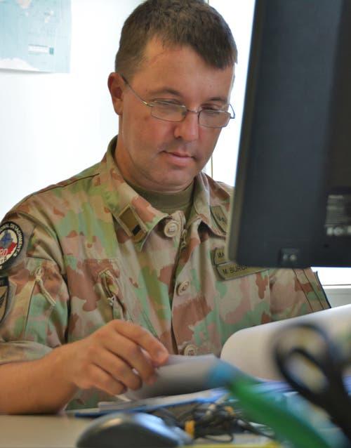 Bei Major Martin Burch laufen die Informationen der Observer aus dem Einsatzgebiet im Süden des Kosovo zusammen: Die Funktion von Martin Burch beinhaltet auch viel Büroarbeit. (Bild: PD)