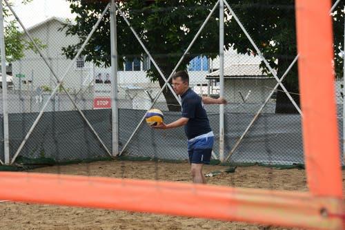 Die 6-Tage Woche ist intensiv. Abschalten kann Martin Burch beim Sport, zum Beispiel beim sonntäglichen Beachvolleyball im Camp. (Bild: PD)
