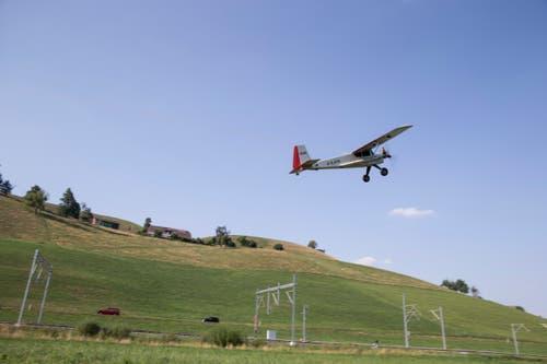 Ein Motorflieger zieht einen Segelflieger nach oben. (Bild: Manuela Jans-Koch, Hüswil, 19. Juli 2018)