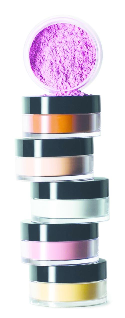 Die Farbe täuscht: Der neue Retouching Powder von Bobbi Brown (64 Franken) ist transparenter Mineralpuder, der den Hautton ebenmässiger macht und mattiert.
