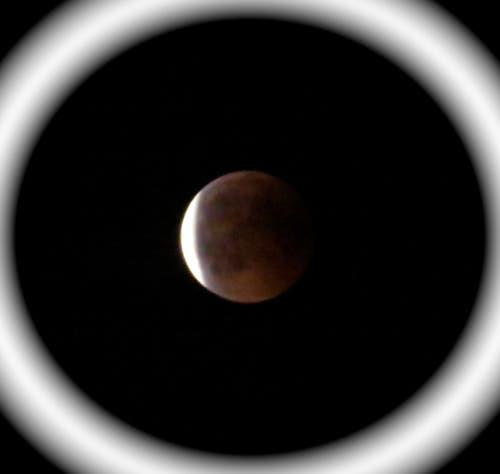 Gegen 23.15h wurde der Blutmond wieder langsam weiss. (Leserbild: Sarah Biderbost)