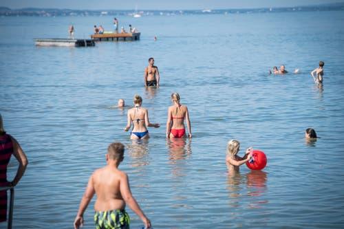 Badegäste können bis zum Floss hinaus waten. (Bild: Ralph Ribi)