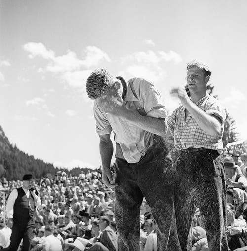 Ein Bild von 1945: Schon damals zog der Brünig die Massen an. (Bild: Walter Scheiwiller/Keystone)