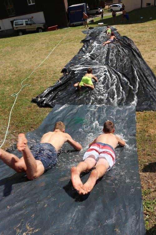 Eins, zwei, drei, Wasserrutsche frei! Die Jubla Hasle weiss, wie man sich dieser Tage abkühlt. (Lagerbild: Luisa Böbner, Sedrun 29. Juli 2018)