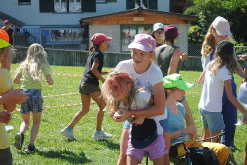 Mädchen des Blauring Buttisholz beim Geländespiel. (Lagerbild: Chiara, Lenk 29. Juli 2018)