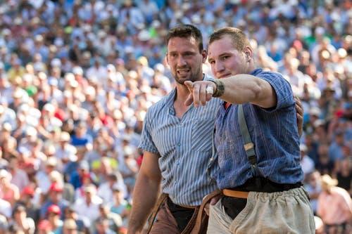 Kilian Wenger und Joel Wicki, von links, nach dem gestellten Schlussgang. (KEYSTONE/Alexandra Wey)