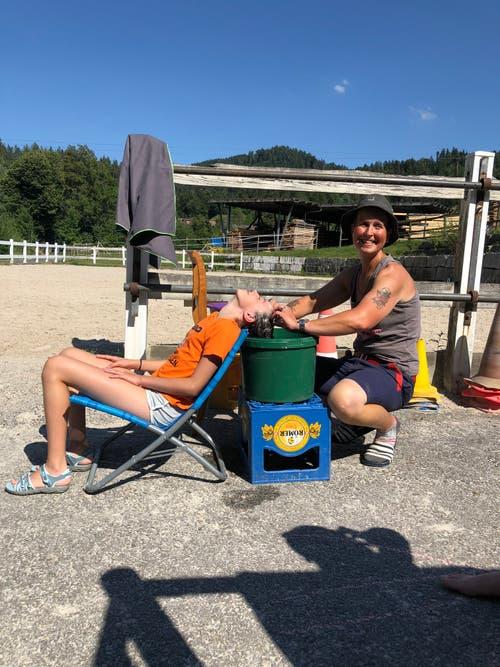 Haarewaschen hilft bei dieser Hitze im Reitlager Hanny-Fee in Schwarzenberg. (Marina)