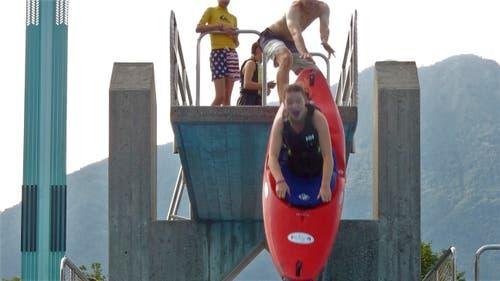 Das braucht Mut: Mit dem Kanu vom Springturm... (Beat Friedli)