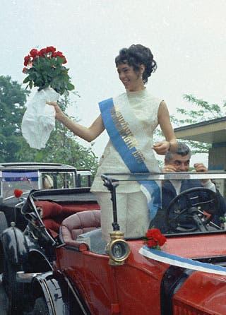Mit dem Oldtimer wurde die Rosenkönigin von 1970 präsentiert.