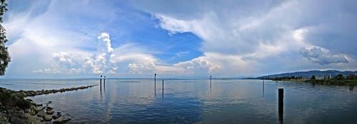 Eine Gewitterfront ziert den Bodenseehimmel bei Steinach. (Bild: Walter Schmidt)