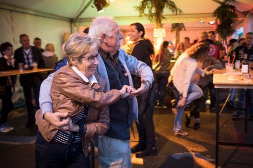 ...und Alt tanzen zur Musik bei den Rock & Blues Nights. (Bild: Ralph Ribi)