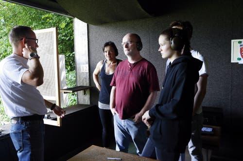 Die Besucher zeigen sich interessiert. (Bild: Werner Schelbert (Unterägeri, 7. Juli 2018))