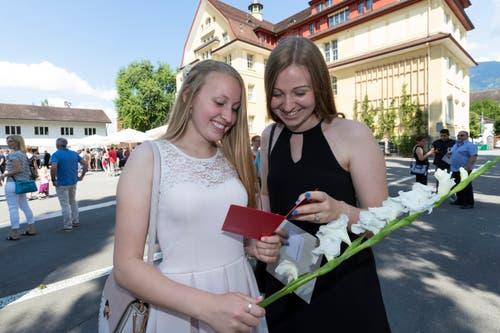Laura Kathriner (links), Dentalassistentin, freut sich mit Kollegin Sina Kathriner über das Zeugnis. (Bild: Roger Zbinden, (Sarnen, 7. Juli 2018))