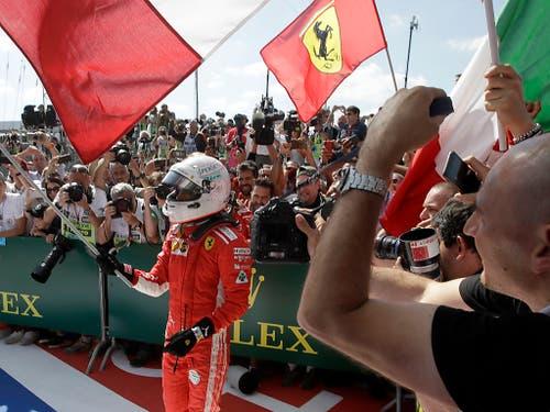 Sebastian Vettel lässt sich als Sieger in Silverstone feiern (Bild: KEYSTONE/AP/LUCA BRUNO)