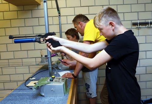 Am Luftpistolenstand in der Waldmannhalle. (Bild: Werner Schelbert (Unterägeri, 7. Juli 2018))