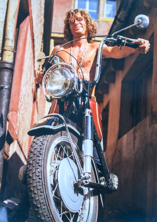 Nach der Harley fährt Blacky eine BMW. (Bild: Michel Canonica/Privatarchiv Beat Cina)