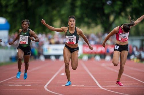 Kambundji holte sich den Sieg über die 100 m in 11,12 Sekunden vor der Südafrikanerin Carina Horn (11,13) und Jenna Prandini (11,14) aus den USA. (Bild: Roger Grütter (Luzern, 9. Juli 2018))