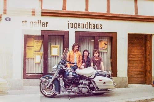 Blackys zweite Harley 1972 vor dem Jugendhaus. (Bild: Michel Canonica/Privatarchiv Beat Cina)