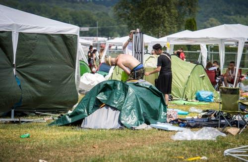 Die Besucher packen ihre Sachen zusammen und verlassen das Open-Air-Gelände. (Bild: Reto Martin)