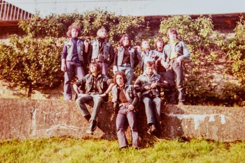 """Die Rolling Devils 1968 in ihrem Rayon irgendwo zwischen Lichtensteig und Wattwil. Blacky ist der zweite von rechts, unten in der Mitte der spätere Devils-Chef """"Büll"""". (Bild: Michel Canonica/Privatarchiv Beat Cina)"""