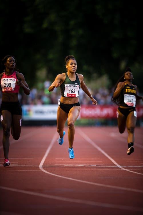 Mujinga Kambundji (Mitte) läuft über 200 Meter in 22,48 als Zweite ins Ziel. Die Bernerin pulverisiert ihre Saisonbestleistung, diese lag bei 22,72 Sekunden, nur gerade 0,06 Sekunden fehlen zur persönlichen Bestleistung. (Bild: Roger Grütter (Luzern, 9. Juli 2018))