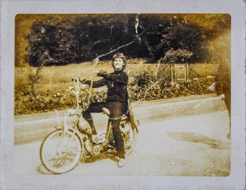 """Blacky auf seinem ersten """"Hodenschüttler"""", ein Monarch mit frisiertem Sachs-Motor und allen möglichen erlaubten und unerlaubten Erweiterungen, ca. 1967 in Wagen bei Jona. (Bild: Michel Canonica/Privatarchiv Beat Cina)"""