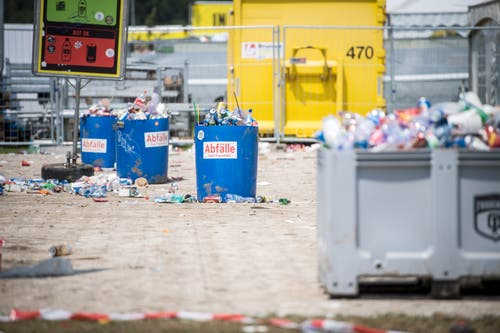 Nach dem Open Air Frauenfeld quellen die Abfalltonnen über. (Bild: Reto Martin)