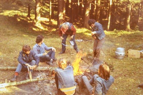 Die Rolling Devils verbrachten viel Zeit im Freien, hier in einem Camp im Toggenburg. (Bild: Michel Canonica/Privatarchiv Beat Cina)